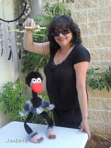 В этом году я продолжила учится делать кукол Предоставляю вашему вниманию несколько моментов моей учёбы.Учились мы сначала делать куклы из поролона. Очень долго учились как вырезать из целого куска шарик,ручки,ножки. Сначала куклы были в виде головы+рука. Здесь наша преподавательница объясняет мне и моей подруге как работать с такими куклами. фото 18