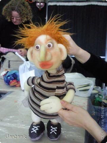 В этом году я продолжила учится делать кукол Предоставляю вашему вниманию несколько моментов моей учёбы.Учились мы сначала делать куклы из поролона. Очень долго учились как вырезать из целого куска шарик,ручки,ножки. Сначала куклы были в виде головы+рука. Здесь наша преподавательница объясняет мне и моей подруге как работать с такими куклами. фото 7