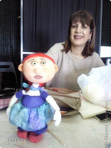 В этом году я продолжила учится делать кукол Предоставляю вашему вниманию несколько моментов моей учёбы.Учились мы сначала делать куклы из поролона. Очень долго учились как вырезать из целого куска шарик,ручки,ножки. Сначала куклы были в виде головы+рука. Здесь наша преподавательница объясняет мне и моей подруге как работать с такими куклами. фото 8