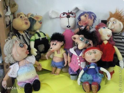 В этом году я продолжила учится делать кукол Предоставляю вашему вниманию несколько моментов моей учёбы.Учились мы сначала делать куклы из поролона. Очень долго учились как вырезать из целого куска шарик,ручки,ножки. Сначала куклы были в виде головы+рука. Здесь наша преподавательница объясняет мне и моей подруге как работать с такими куклами. фото 9