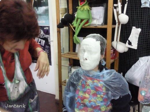 В этом году я продолжила учится делать кукол Предоставляю вашему вниманию несколько моментов моей учёбы.Учились мы сначала делать куклы из поролона. Очень долго учились как вырезать из целого куска шарик,ручки,ножки. Сначала куклы были в виде головы+рука. Здесь наша преподавательница объясняет мне и моей подруге как работать с такими куклами. фото 10