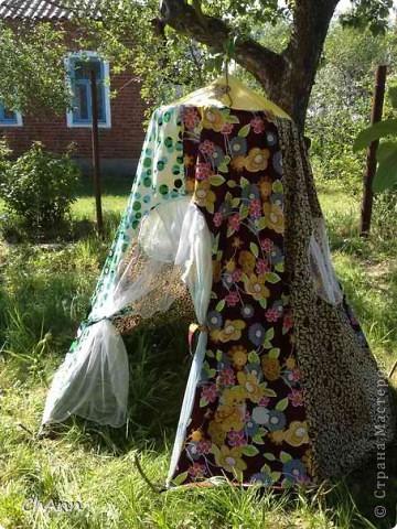 Вот такой шатер сшила для своей дочки и племяннице для игр на даче. Идею подсмотрела на просторах интернета. Но, естественно, модернизировала под себя: сделала окна и петли для фиксации на земле.