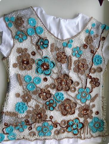 """Он предстоит в августе, купили путевки, едем с малышом в Черногорию!!!  Поэтому новый топ просто необходим, только вот шорты голубые осталось заказать.   Опять мои любимые цветы на 5 лепестков. Много сетки, разного цвета, закручивала ее от центра композиции мельницей, чередовала цвет секторов. Немного разочаровал молочный """"канарис"""": нитка сильно крученая, жестковата, да и цвет ее как-то приглушил яркий бирюзовый. Поэтому добавила по совету подруги золотистых ягодок. фото 3"""