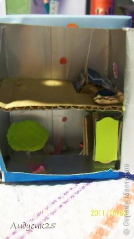 это мой мини домик тут есть лифт (в углу висит)рядом коробка для игрушек в низу стол холодильник(с полочками и продуктами) и стулья фото 1