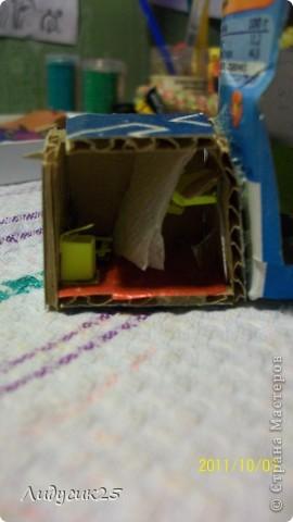 это мой мини домик тут есть лифт (в углу висит)рядом коробка для игрушек в низу стол холодильник(с полочками и продуктами) и стулья фото 2