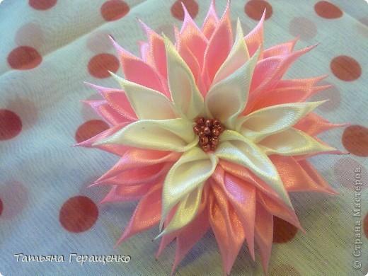 Вот такой цветочек из капроновой тонкой ленты фото 2