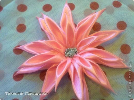 Вот такой цветочек из капроновой тонкой ленты фото 3