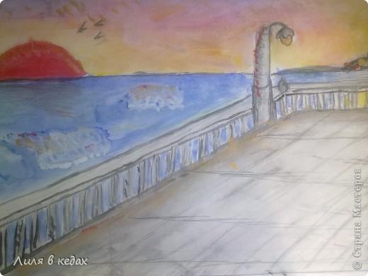 На одном из уроков рисования была тема, где нужно было нарисовать море. Я выбрала тематику заката. Вот мой рисунок.) фото 1