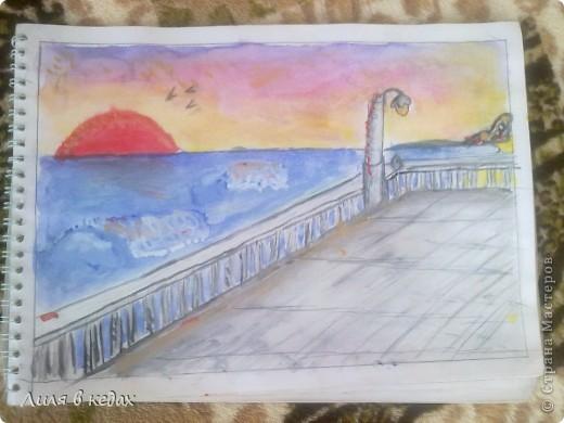На одном из уроков рисования была тема, где нужно было нарисовать море. Я выбрала тематику заката. Вот мой рисунок.) фото 2
