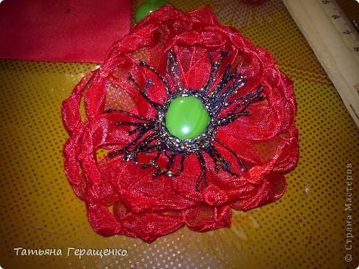 Вот такой цветочек из капроновой тонкой ленты фото 6