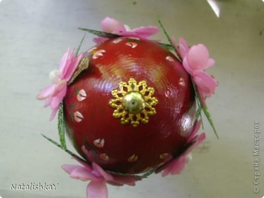 """Деревянную заготовку покрасила красным, подставку - розовым. Из розовой ленты вырезала цветы, края закрепила над свечой. Сшила по 3 цветочка вместе, на середину пришила бусинку, подкрасила белым возле бусинки, с обратной стороны пришила листочки (покупные). Цветы приклеела на прозрачный супер-клей, на подставку наклеела бусинки, на """"макушку"""" яйца приклеела металическую штучку и бусинку. Дорисовала бутончики и листики. Покрыла глянцевым лаком. фото 2"""