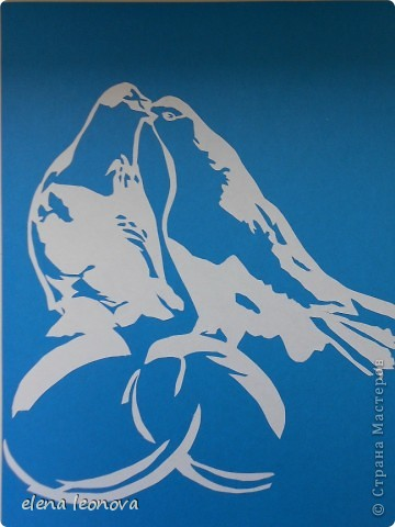 Мир, чистота, любовь, безмятежность, надежда-все это олицетворяют голуби.  Традиционный христианский символ Духа Святого и крещения. Существует легенда, в которой утверждается, что дьявол и ведьмы могут превратится в любое существо, кроме голубя и овцы.  Этих голубей я подарю своей начальнице, мы с ней в ЗАГСе работаем. Сколько счастливых парочек( в том числе и нас с мужем) зарегистрировала она, надеюсь ей понравится мой небольшой подарок!