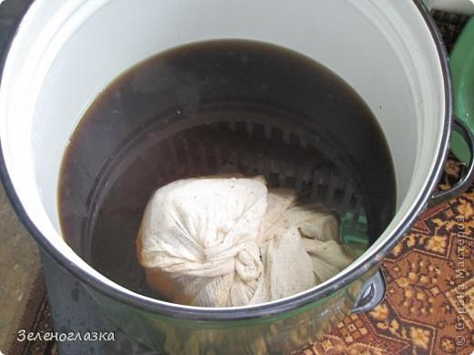 Будем делать квас. Вкус его очень похож на тот, который продают из бочек. Продукты: 10 литров воды буханка черного хлеба 800 гр сахара 1 ст.л. лимонной кислоты чуточка дрожжей изюм Итак, ставим воду кипятить и в это время я режу хлеб на кусочки и в духовку. Зажарить желательно посильнее. Примерно так: фото 3