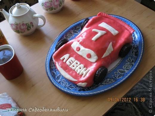 Этот тортик-машинку я сделала сыночку на День рождения(10 июня)!Ему исполнился один год!он очень любит машинки!Поэтому я и остановила свой выбор на ней.Изначально я планировала сделать ее красной,но краситель внес свои коррективы!Все гости были в восторге!Особенно маленькие. фото 2