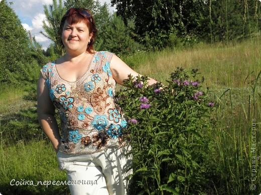 """Он предстоит в августе, купили путевки, едем с малышом в Черногорию!!!  Поэтому новый топ просто необходим, только вот шорты голубые осталось заказать.   Опять мои любимые цветы на 5 лепестков. Много сетки, разного цвета, закручивала ее от центра композиции мельницей, чередовала цвет секторов. Немного разочаровал молочный """"канарис"""": нитка сильно крученая, жестковата, да и цвет ее как-то приглушил яркий бирюзовый. Поэтому добавила по совету подруги золотистых ягодок. фото 2"""