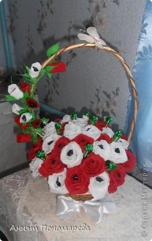 Этот букет я сделала маме на юбилей,здесь 20 красных роз, 19 белых, 6 красных бутонов, 5 белых бутонов и один зеленый не распустившийся бутончик, в итоге 51 розочка, надеюсь ей понравится. Идею стащила у пользоватьля yulcho, к сожалению не знаю настоящего имени, спасибо ей огромное и за идею и за ссылочки, которые она мне приготовила!! А теперь небольшая фотоссесия моего букета! Итак, общий вид! фото 1