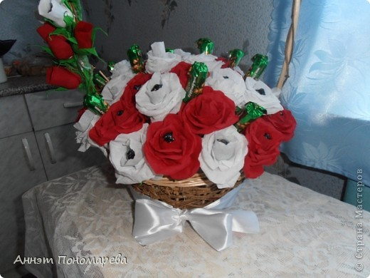 Этот букет я сделала маме на юбилей,здесь 20 красных роз, 19 белых, 6 красных бутонов, 5 белых бутонов и один зеленый не распустившийся бутончик, в итоге 51 розочка, надеюсь ей понравится. Идею стащила у пользоватьля yulcho, к сожалению не знаю настоящего имени, спасибо ей огромное и за идею и за ссылочки, которые она мне приготовила!! А теперь небольшая фотоссесия моего букета! Итак, общий вид! фото 2