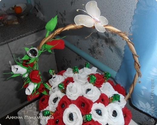 Этот букет я сделала маме на юбилей,здесь 20 красных роз, 19 белых, 6 красных бутонов, 5 белых бутонов и один зеленый не распустившийся бутончик, в итоге 51 розочка, надеюсь ей понравится. Идею стащила у пользоватьля yulcho, к сожалению не знаю настоящего имени, спасибо ей огромное и за идею и за ссылочки, которые она мне приготовила!! А теперь небольшая фотоссесия моего букета! Итак, общий вид! фото 4