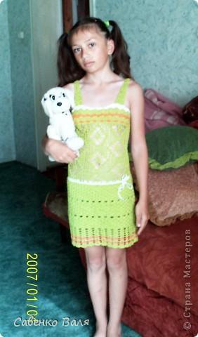Сарафанчик связан для дочери перед поездкой в летний лагерь.