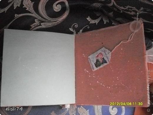 Это была упаковочная бумага. Голубая и коричневая. На работе все приучены ничего не выкидывать, пока я не посмотрю, надо мне или нет. Ну вот это тот случай. Бумагу не выкинули, а аккуратно сложили и отдали мне. У меня сразу возникла идея , что это будет блокнот. Я её разрезала и сшила все листочки. И вот, что получилось. фото 4