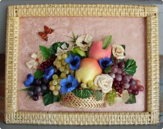 Фрукты-муляжи собраны в композицию. Добавлены цветы искусственные и выполненные из кукурузных листьев. Рамка - плетение из лозы. фото 1