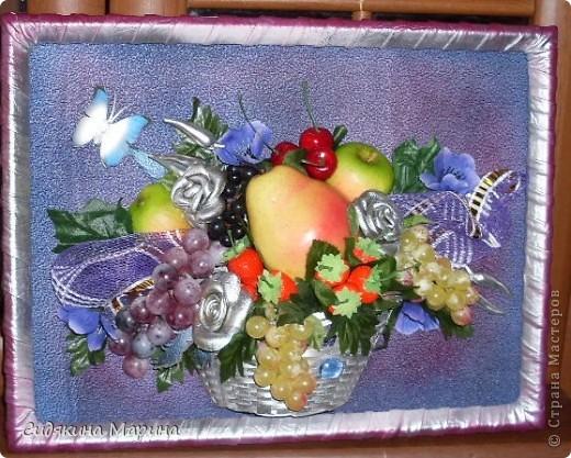 Фрукты-муляжи собраны в композицию. Добавлены цветы искусственные и выполненные из кукурузных листьев. Рамка - плетение из лозы. фото 2