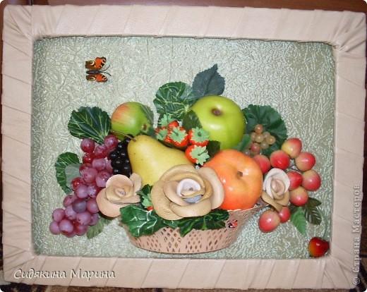 Фрукты-муляжи собраны в композицию. Добавлены цветы искусственные и выполненные из кукурузных листьев. Рамка - плетение из лозы. фото 3