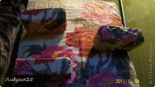 моя полочка из гафрированого картона и салфетки что то типа декупажа а полочки из под спичек фото 4