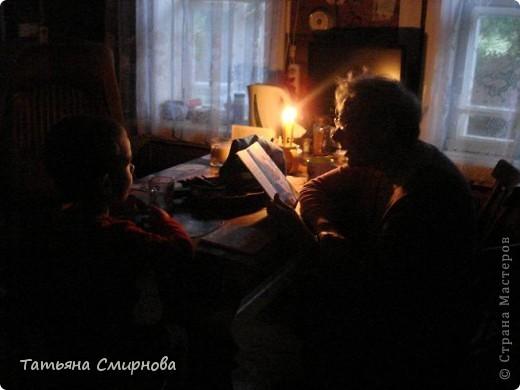 14 июля, суббота Только-только я успела написать и отправить свои Записки, как небо у нас почернело, подул сильный ветер, засверкали молнии и разразилась страшная гроза. Дождь хлынул такой сильный, что я моментально промокла,хотя и под зонтиком побежала закрывать все окна. Электричество отключили и пришлось нам по старинке сидеть при свечах.  фото 2