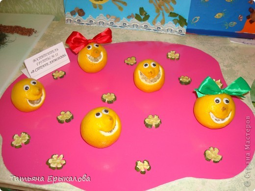 Это веселое семейство делала из небольших лимонов. Ротик вырезала с помощью лезвия. Чтобы настроение у каждого было свое и свой характер улыбку, делала разной формы. Девочкам лимончикам из атласной ленты сделала разноцветные банты и приколола с помощью булавки.  Глазки готовае, покупные. Для того, чтобы человечки были устойчивыми - немного срезала снизу. фото 1