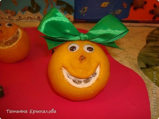 Это веселое семейство делала из небольших лимонов. Ротик вырезала с помощью лезвия. Чтобы настроение у каждого было свое и свой характер улыбку, делала разной формы. Девочкам лимончикам из атласной ленты сделала разноцветные банты и приколола с помощью булавки.  Глазки готовае, покупные. Для того, чтобы человечки были устойчивыми - немного срезала снизу. фото 2
