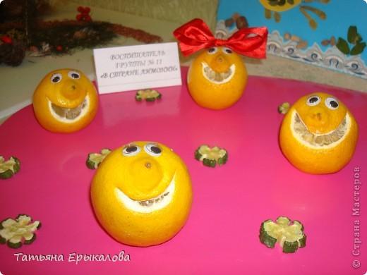 Это веселое семейство делала из небольших лимонов. Ротик вырезала с помощью лезвия. Чтобы настроение у каждого было свое и свой характер улыбку, делала разной формы. Девочкам лимончикам из атласной ленты сделала разноцветные банты и приколола с помощью булавки.  Глазки готовае, покупные. Для того, чтобы человечки были устойчивыми - немного срезала снизу. фото 6