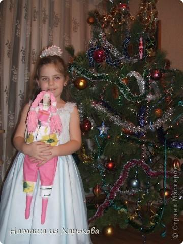 """Эта наша первая тильда - Марфа-садовница. Дочечка очень хотела тильду на Новый год, пришлось снегурочке """"Наташа-Леша"""" (Леша мой муж, тоже помогал шить) по ночам шить куклу.  фото 2"""