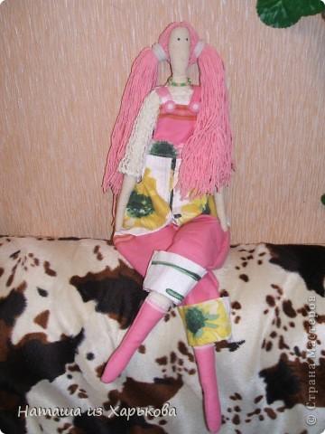 """Эта наша первая тильда - Марфа-садовница. Дочечка очень хотела тильду на Новый год, пришлось снегурочке """"Наташа-Леша"""" (Леша мой муж, тоже помогал шить) по ночам шить куклу.  фото 1"""