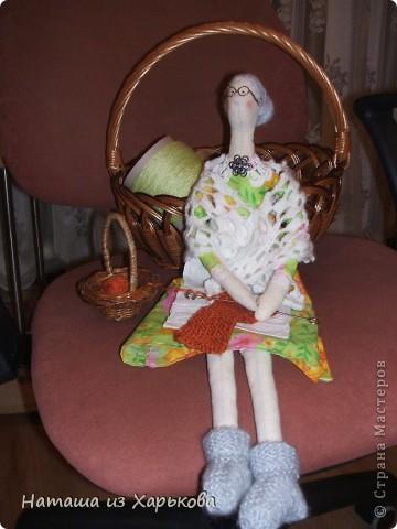 """Эта наша первая тильда - Марфа-садовница. Дочечка очень хотела тильду на Новый год, пришлось снегурочке """"Наташа-Леша"""" (Леша мой муж, тоже помогал шить) по ночам шить куклу.  фото 10"""