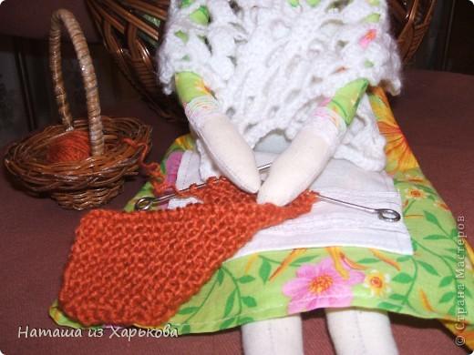 """Эта наша первая тильда - Марфа-садовница. Дочечка очень хотела тильду на Новый год, пришлось снегурочке """"Наташа-Леша"""" (Леша мой муж, тоже помогал шить) по ночам шить куклу.  фото 9"""