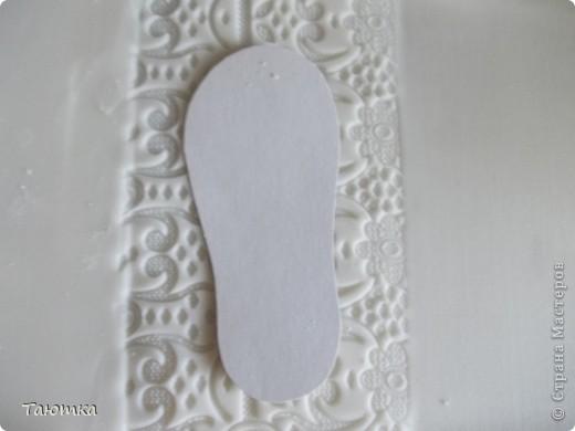 МК по пинеткам из мастики) Нам понадобится: мастика, сахарная пудра, силиконовый коврик, текстурный коврик, стек (острый), атласные ленты, кисточка, вырубка для маленьких цветочков и коктейльная трубочка. фото 3