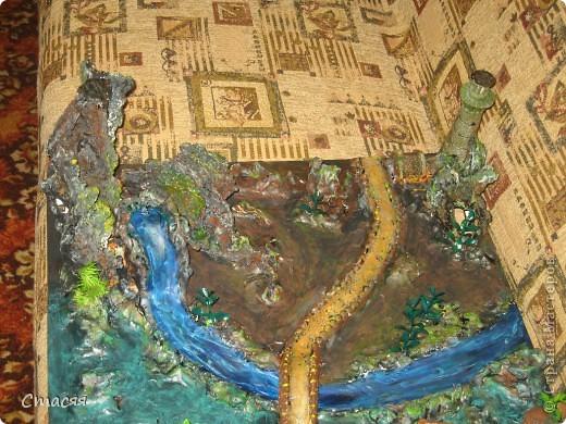 Основа для шахматной доски. Сверху на башенки будет крепиться стекло в чёрную клетку. Моя работа только роспись, композицию составлял другой человек. Использовал пластик, декоративные вещицы для аквариума, искусственную зелень, платформа из фанеры.  фото 3