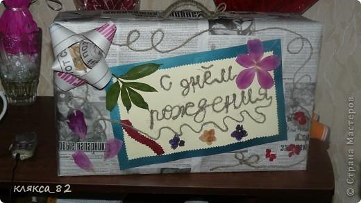 """долго думала как необычно и оригинально упаковать подарок на день рождение маме, вот что у меня получилось из газет, джутового шпагата, плотной кремовой и зеленой бумаги, кружочка картона (для пуговки) на кот. """"пристегнут"""" бант и сухоцветов фото 2"""