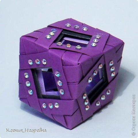 Состоит из 3-х кубиков, в каждом из который по 12 модулей, модуль первого кубика равен 7х3,5, второго - 8х4, третьего- 9х4,5