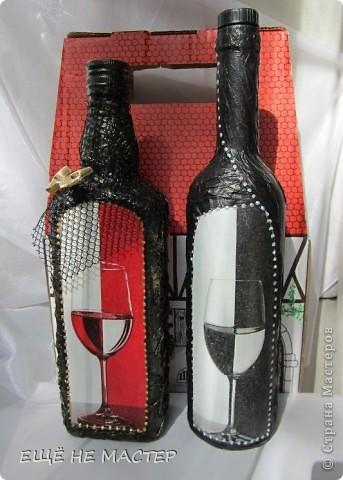 Дорогие мастерицы ! Хочу вам показать две бутылки, сделанные из одной бумажной салфетки. Салфеточный фрагмент выделен контурами по стеклу( Золото и серебро). Бутылки декорированы мятой туалетной бумагой, приклеенной клеем ПВА и после высыхания покрытой чёрной акриловой краской.  фото 1