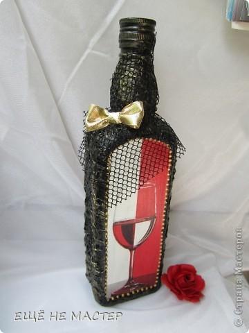 Дорогие мастерицы ! Хочу вам показать две бутылки, сделанные из одной бумажной салфетки. Салфеточный фрагмент выделен контурами по стеклу( Золото и серебро). Бутылки декорированы мятой туалетной бумагой, приклеенной клеем ПВА и после высыхания покрытой чёрной акриловой краской.  фото 2