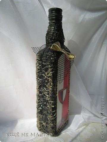 Дорогие мастерицы ! Хочу вам показать две бутылки, сделанные из одной бумажной салфетки. Салфеточный фрагмент выделен контурами по стеклу( Золото и серебро). Бутылки декорированы мятой туалетной бумагой, приклеенной клеем ПВА и после высыхания покрытой чёрной акриловой краской.  фото 4
