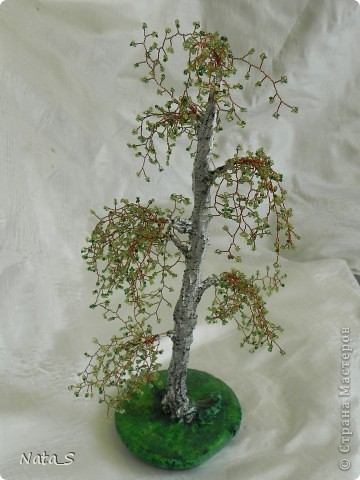 Попробовала сделать бисерное дерево. Делала по МК Краsотки http://stranamasterov.ru/node/200302?c=favorite_657. На мой взгляд получилось лысевато, наверно слишком разнесла ветки.