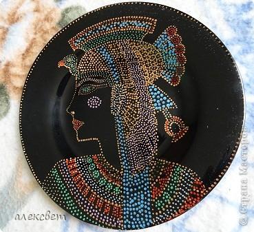 Здраствуйте мастера и мастерицы. Тарелочка с египетской дамой.  (26 см), точечная роспись. фото 2