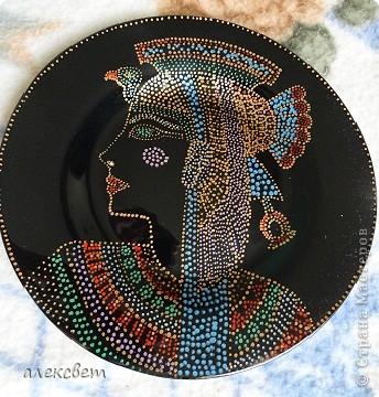 Здраствуйте мастера и мастерицы. Тарелочка с египетской дамой.  (26 см), точечная роспись. фото 5