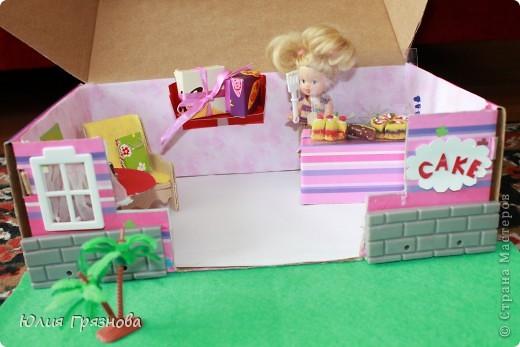 И снова здравствуйте, дорогие мастерицы!!! У наших кукол появился магазин, где они могут попробовать, а также купить разные тортики, рулеты, прожженные, конфеты, в общем сладости!Сделался магазин за 1,5 часа из подручных материалов! основа коробка от мебелюшки кукольной! Фасад и окно от конструктора! фото 1