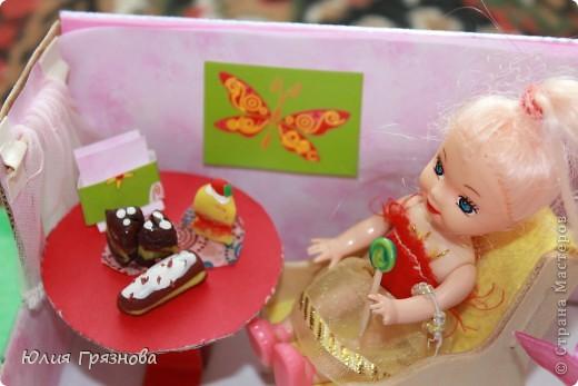 И снова здравствуйте, дорогие мастерицы!!! У наших кукол появился магазин, где они могут попробовать, а также купить разные тортики, рулеты, прожженные, конфеты, в общем сладости!Сделался магазин за 1,5 часа из подручных материалов! основа коробка от мебелюшки кукольной! Фасад и окно от конструктора! фото 4