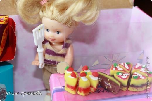 И снова здравствуйте, дорогие мастерицы!!! У наших кукол появился магазин, где они могут попробовать, а также купить разные тортики, рулеты, прожженные, конфеты, в общем сладости!Сделался магазин за 1,5 часа из подручных материалов! основа коробка от мебелюшки кукольной! Фасад и окно от конструктора! фото 2