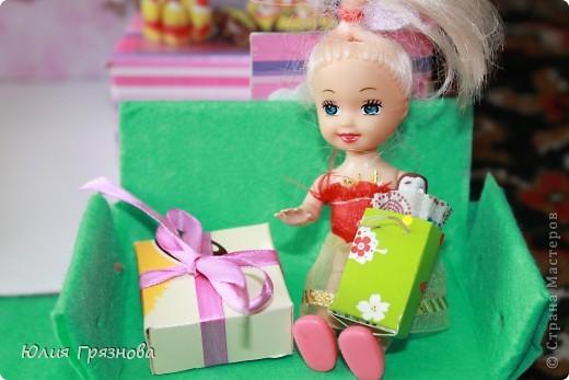 И снова здравствуйте, дорогие мастерицы!!! У наших кукол появился магазин, где они могут попробовать, а также купить разные тортики, рулеты, прожженные, конфеты, в общем сладости!Сделался магазин за 1,5 часа из подручных материалов! основа коробка от мебелюшки кукольной! Фасад и окно от конструктора! фото 6